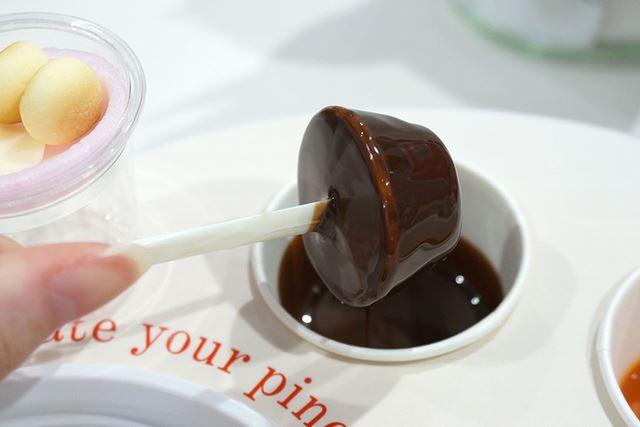お好きなチョコレートソースにフォンデュ。このままくるくるとアイスを回しながら10秒ほど待ちますと……