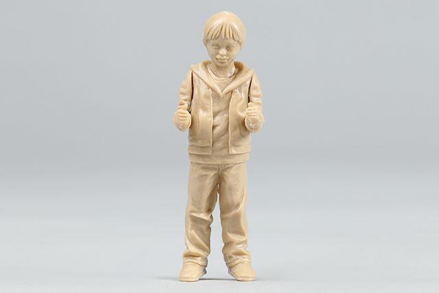 搭乗姿勢の男の子フィギュアが付属します。なお、男の子フィギュアの組み立てには接着剤が必要です