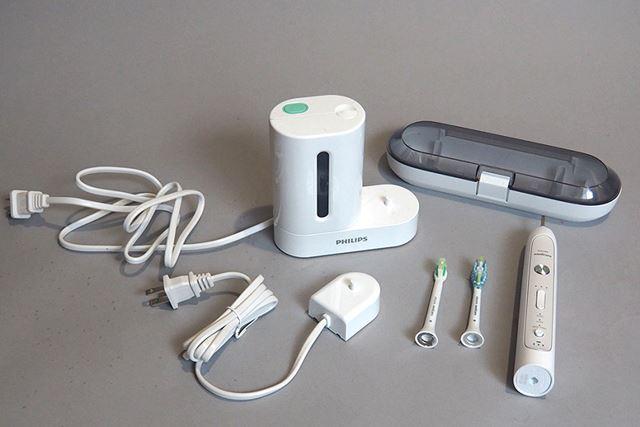 本体のほか、ブラシ(2種類)、充電器、トラベルケース、そして紫外線除菌器が付属する