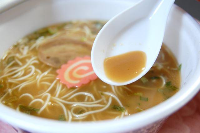 スープは、醤油ベースの醤油豚骨味。見た目よりも、あっさりしている味付けです