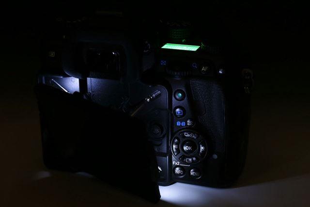 暗いところでの操作を補助する「操作部アシストライト」を搭載するのもユニークなところ