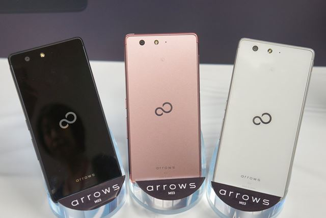 カラーバリエーションは、左からブラック、ピンク、ホワイトの3色