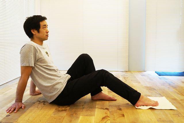 1.タオルを広げて床に置き、その上に片足を乗せる