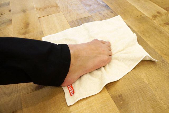 2. 足の指で、タオルを握る