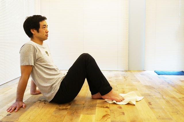 3.タオルを身体のほうに引き寄せる。写真の位置まで到達したら、「1」の状態に戻す