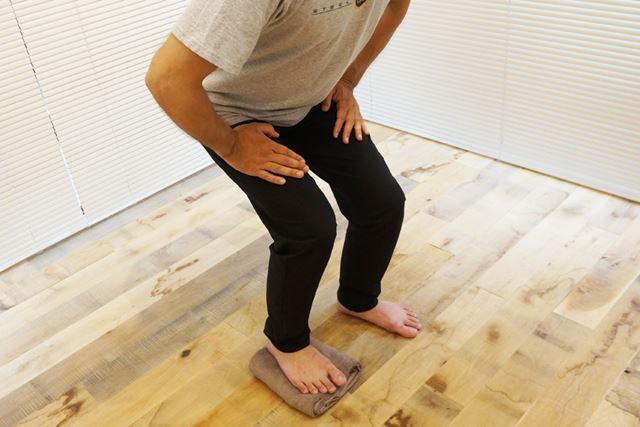 バランスが取りにくい場合は、膝に手を置いても問題なし!