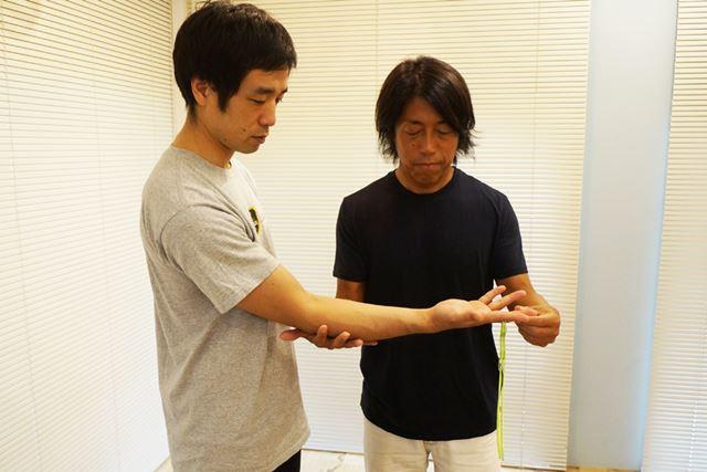 肘を体から少し離し、中指を真っ直ぐ伸ばすように。肘から指先までは、水平にしましょう