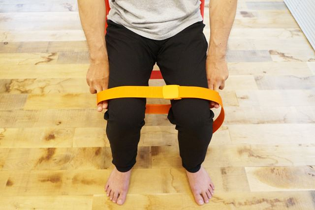 ベルトをあまり緩めると的確に骨盤まわりの筋肉に作用しなくなるので、両指2本ずつの余裕までに留めよう