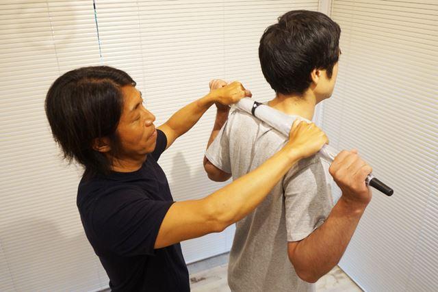 首に乗せてしまうと胸の開きが不十分になるだけでなく、首を痛める可能性もあるので注意