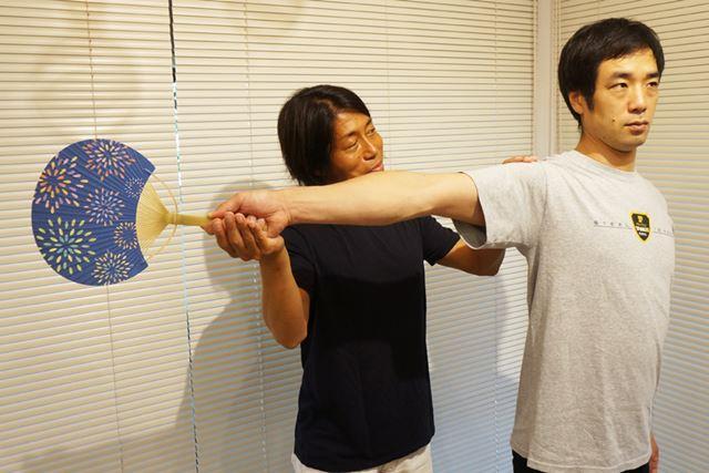 腕を伸ばそうと意識して、力が入りすぎるのはNG。肩を上げずに、自然なポーズで水平にしよう