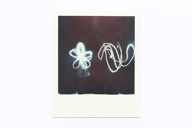 アプリの「ライトペイントモード」を使って撮影してみました。iPhoneのLEDを点灯させて絵を描いています