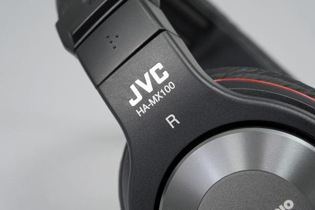 バンドのハンガー部分には、JVCロゴと型番がデザインされている