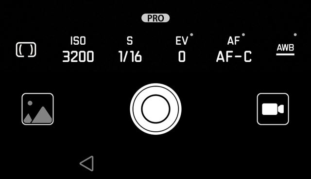 画面の下から上にスワイプするとPROモードに切り替わり、感度やシャッタースピードをユーザーが調整できる