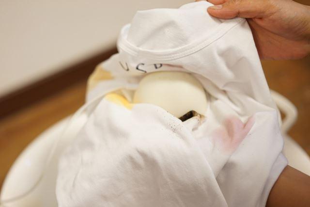「どこでもUSB洗濯機 ウォッシュブル」は、汚れの部分がよく振動するようにTシャツで包みます