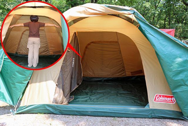 テントの中は、こんなに広々。159cmの身長の筆者が両手を広げて立っても、どこも余裕たっぷり