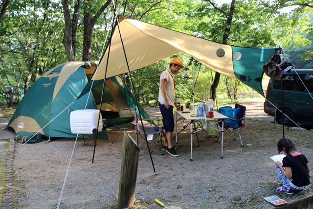 テントとタープを完全に独立させるものあり。タープに虫除けを引っかけているのも、おしゃれです