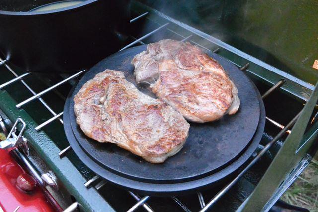 おもしろいのがステーキの焼き方! ダッチオーブンのフタを利用します