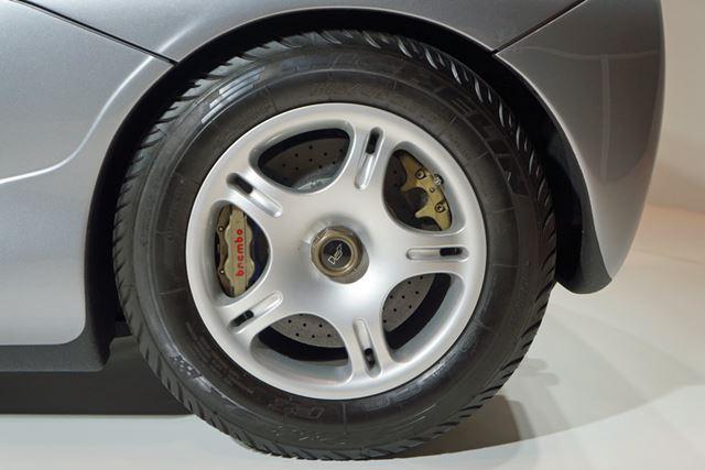リアのタイヤは、サイズが315/45ZR17。現代の感覚では、小さく思えるリム径だ