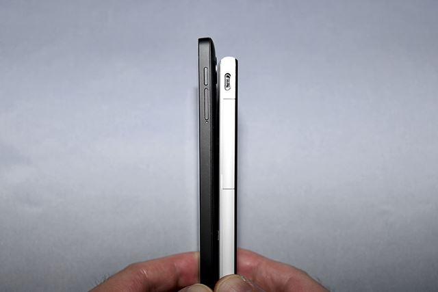 NFCチップ同士を、10cm以内の距離まで近づける