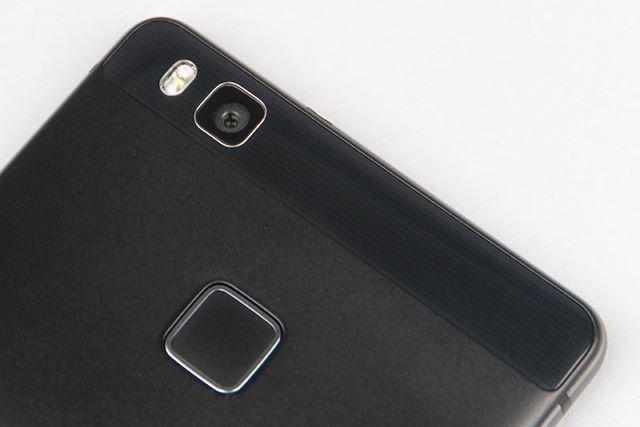 アウトカメラは1300万画素のCMOSセンサーとF2.0のレンズを搭載。シャープでクリアな写真を撮影できる
