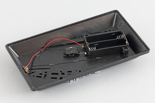 台座の裏側はこのようになっています。LED、電池受け、スイッチは配線済みとなっています