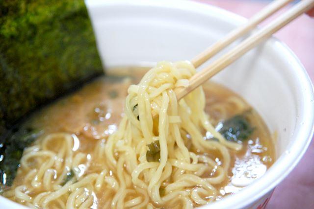 「凄麺」シリーズ特有のモチモチとした食感の太麺