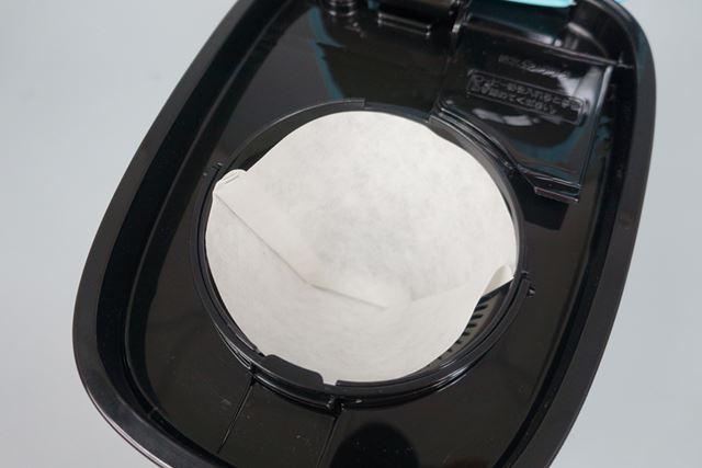 フタを開いたところにあるドリッパーにペーパーフィルターをセットします