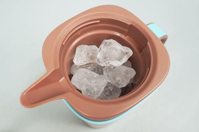 コーヒー粉と水の準備が完了したら、サーバーに氷を入れます