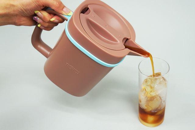 味を確かめるべく、グラスに注ぎます。サーバーの口が尖がっているので、入れやすい!