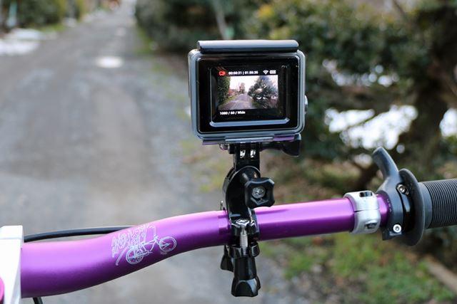 自転車のハンドルに装着した時には、背面に液晶モニターが装備されていると録画前に画角をチェック可能