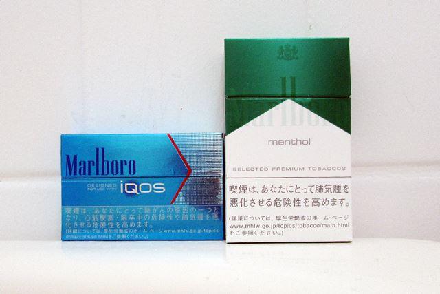 左が「iQOS」専用ヒートスティック。右が通常のタバコ