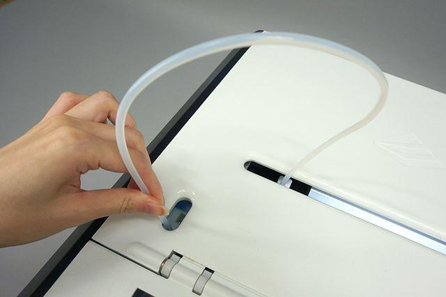プリンターの電源を入れる前に、まず、フィラメントを案内するチューブを差し込みます