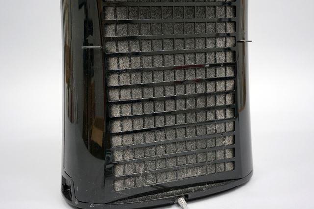 1か月使用した空気清浄機のプレフィルターは真っ白に! このホコリの取れ具合はすごい