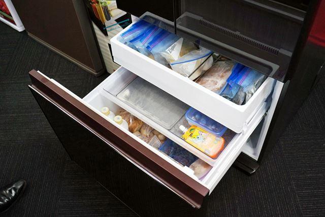 下段の冷凍室は、3段で引き出せるケースで構成されている。上から深さ約15cm、約6cm、約22cm