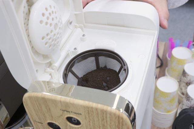 コーヒーの粉を本体上に入れる