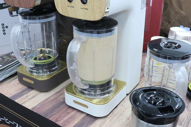 コーヒーの抽出が終わると、1分ほどコンテナ内をかくはんしてできあがり。氷を砕くため、音はやや大きめだ