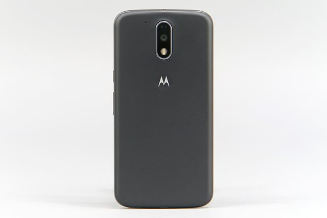 背面にはモトローラの「M」のロゴマークが配置されている。小さな凹凸があり、滑りにくいが、指紋は目立つ