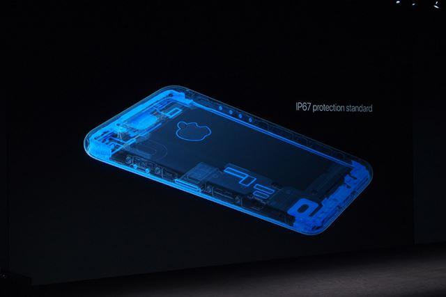 IP67保護基準をクリアし、iPhone 7シリーズを持ったまま水の中に落ちても心配なくなった