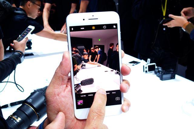 画面上の「2X」をタップするとズームできる。機能は増えたが、iPhoneらしく使い方はシンプルだ