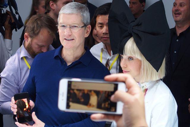 iPhone 7 Plusを持つティム・クック最高経営責任者(CEO)