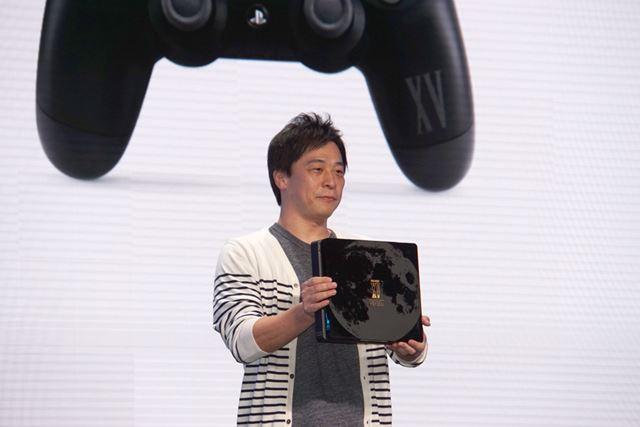 PS4のFF15コラボモデルを持って登場したスクウェア・エニックスの田畑氏