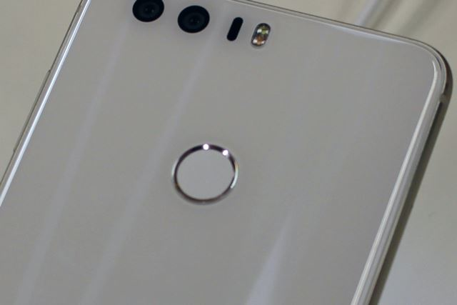 指紋センサーは約0.4秒でロック解除が可能。アプリの起動にも利用できる