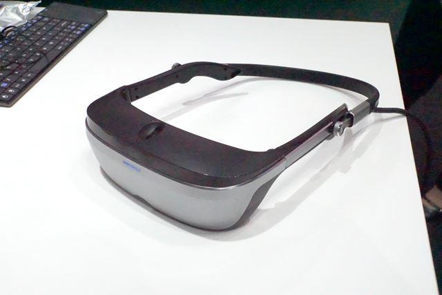 メガネ型VRヘッドセット「VRG-9020」の試作機。近未来感あるデザインが特徴
