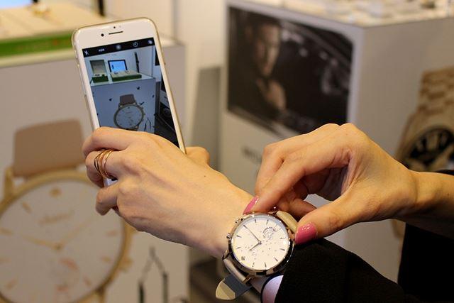 文字盤の横のボタンで、スマホカメラのシャッターを操作できます