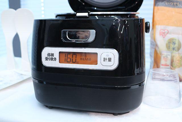 米が入った状態でもう1度「計量」ボタンを押すと、液晶に必要な水量が表示される