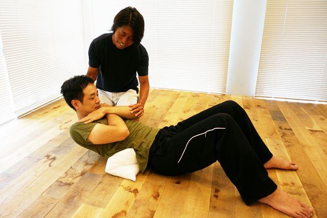 上体を起こす時だけでなく下ろす時も、おへそを見るようにして行うと力が入った状態で引き伸ばしができる