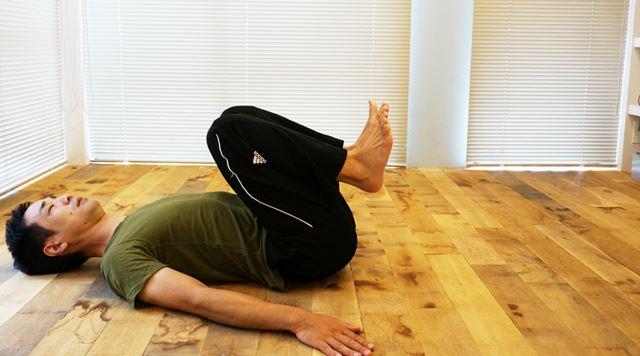 1. 仰向けに寝転び、膝を曲げて胸に引きつける