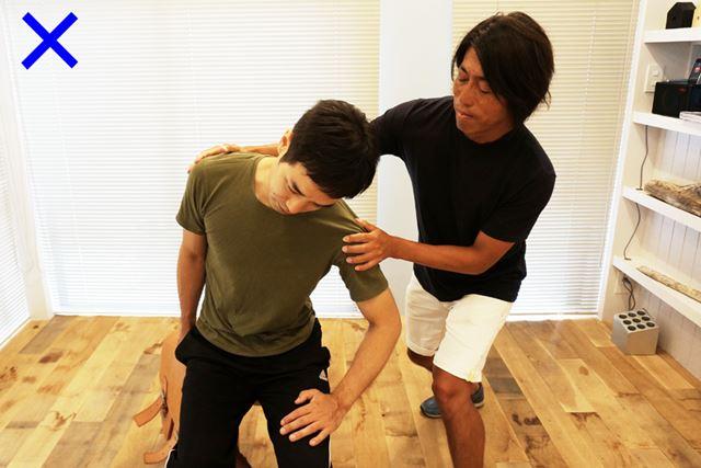 腕や体全体で持ち上げるのではなく、腹斜筋でまっすぐ引き上げるような感覚で体を傾けよう