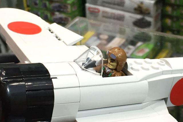 パイロット人形の顔も日本海軍風