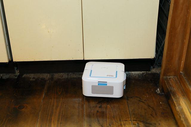 キッチンのシンク下など微妙な高さの場所にスルッと入り込み、隅々まで掃除をしてくれる